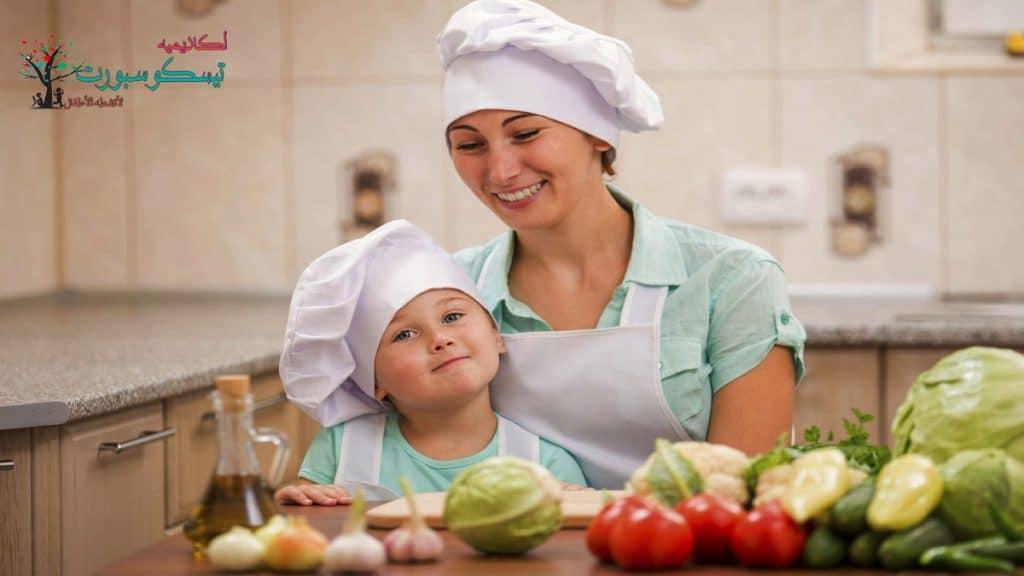 اصطحاب الطفل إلى المطبخ تربية الاطفال عمر ٣ سنوات